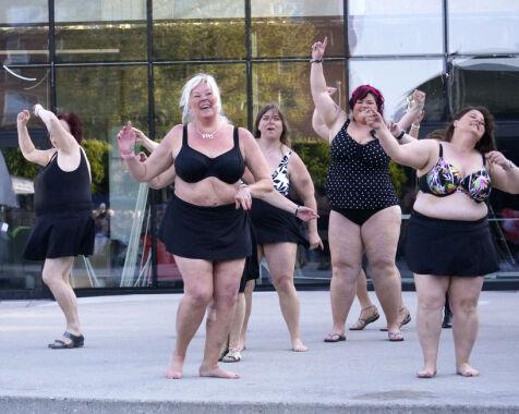 image: Derfor kastet disse 18 kvinnene klærne