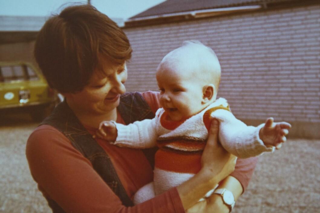 GODE MINNER: Rikkes liv startet med en god barndom, men etter hvert gikk det galt. Her er Rikke som baby med moren sin. Foto: Privat