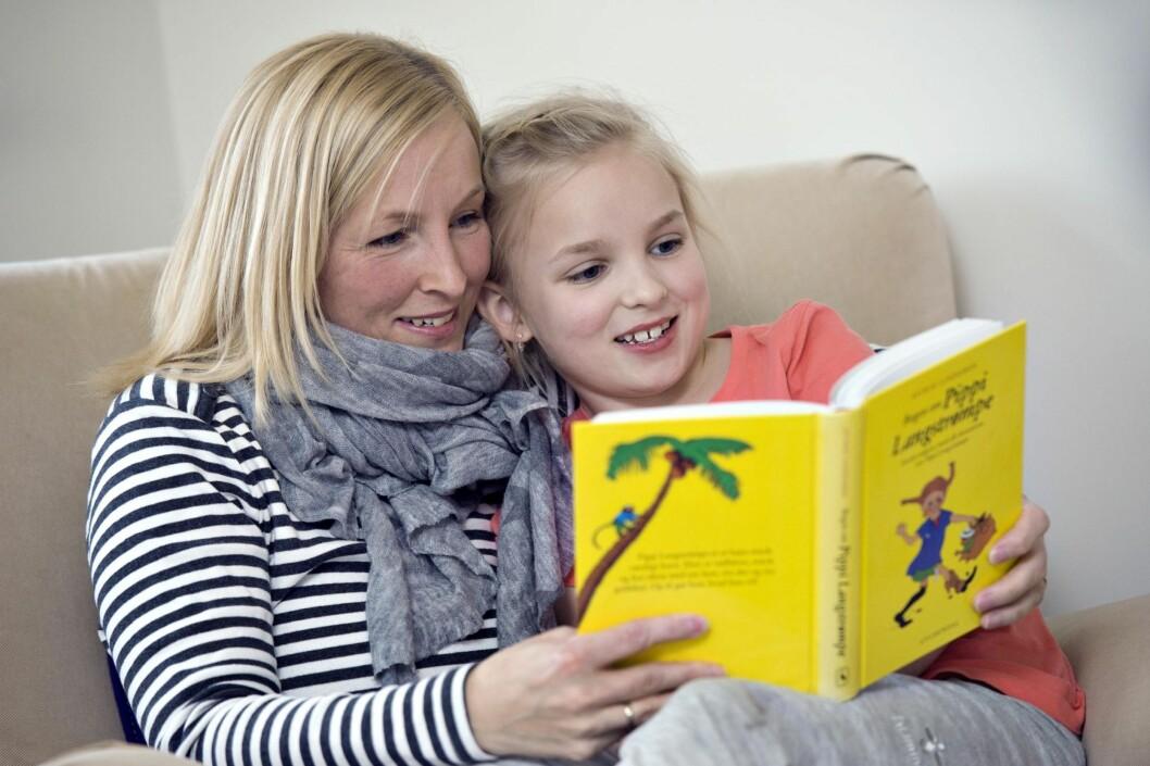 LESESTUND: Familien betyr alt for Rikke, som selv er pedagog. Barna hennes skal ha en god oppvekst. Her koser hun seg med datteren Frida (7). Foto: Foto: Lars Horn/Ude og hjemme/All Over Press