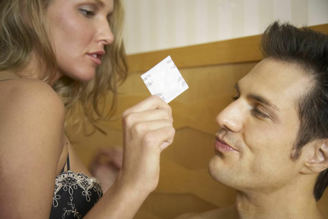 VIL IKKE BRUKE KONDOM: Med mindre dere begge har testet dere og er i et fast forhold, så bør dere bruke beskyttelse for å unngå smitte av kjønnssykdommer.  Foto: NTB Scanpix