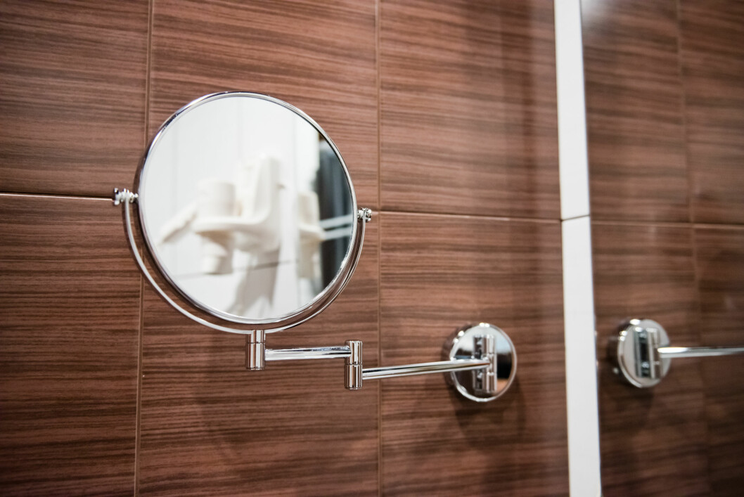 FORSTØRRER PROBLEMET: Jo mer speilet forstørrer, jo større blir fristelsen for å klemme og skvise på kvisene. Derfor bør du også unngå slike speil fullstendig, sier eksperten. Foto: Valerie Potapova - Fotolia