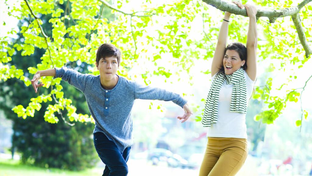 LIVSGLEDE: Argjerd er en livsglad gutt som både danser , løper og klatrer i trær. Foto: Astrid Waller / All Over Press Norway