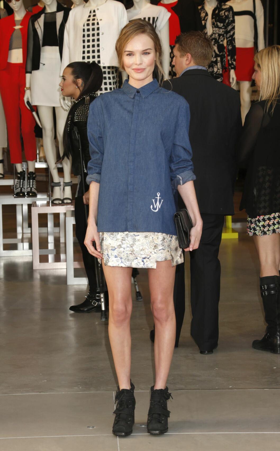 Skuespiller og modell Kate Bosworth brukte en igjenkneppet skjorte over den korte sommerkjolen.  Foto: Scanpix