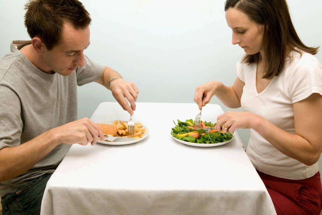 FORSKJELLER: Bare salat, supper og juice? Jo særere dietten din er, jo vanskeligere er det å få med partneren. Spis heller sunt og balansert sammen. Foto: Neil Guegan