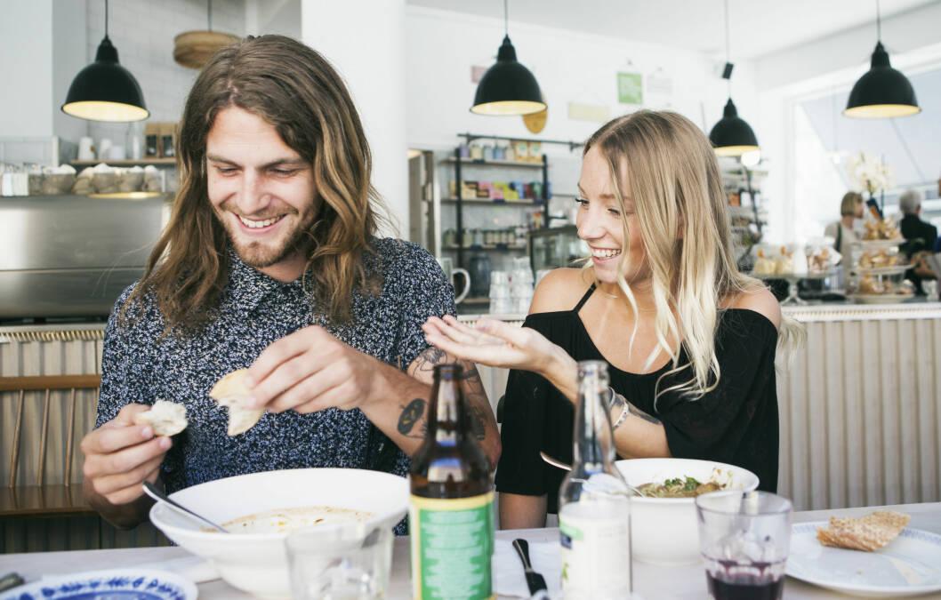 KOS: Kjøp inn mesteparten av maten selv og ta kontrollen på kjøkkenet. Men husk også på å inkludere partneren din ved å velge retter og matvarer som begge liker. Foto: Apel, Scsnpix/NTB