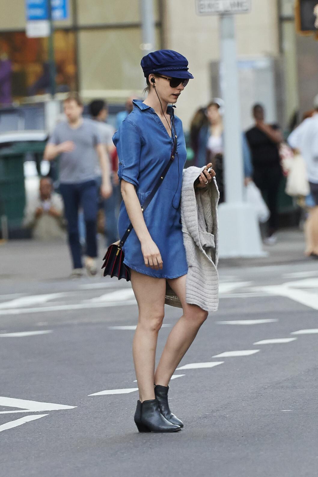 Anne Hathaway hadde på seg denimkjole stylet med skipperhatt da hun vandret rundt i New Yorks trendy shoppinggater. Foto: Scanpix