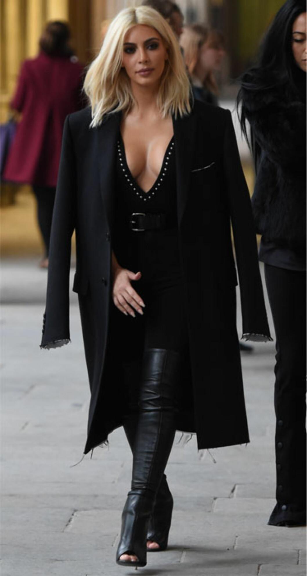 Kim var platinablond en kort periode i vinter, og kledde seg for det meste i helsvarte antrekk til sitt lyse hår.  Foto: Scanpix