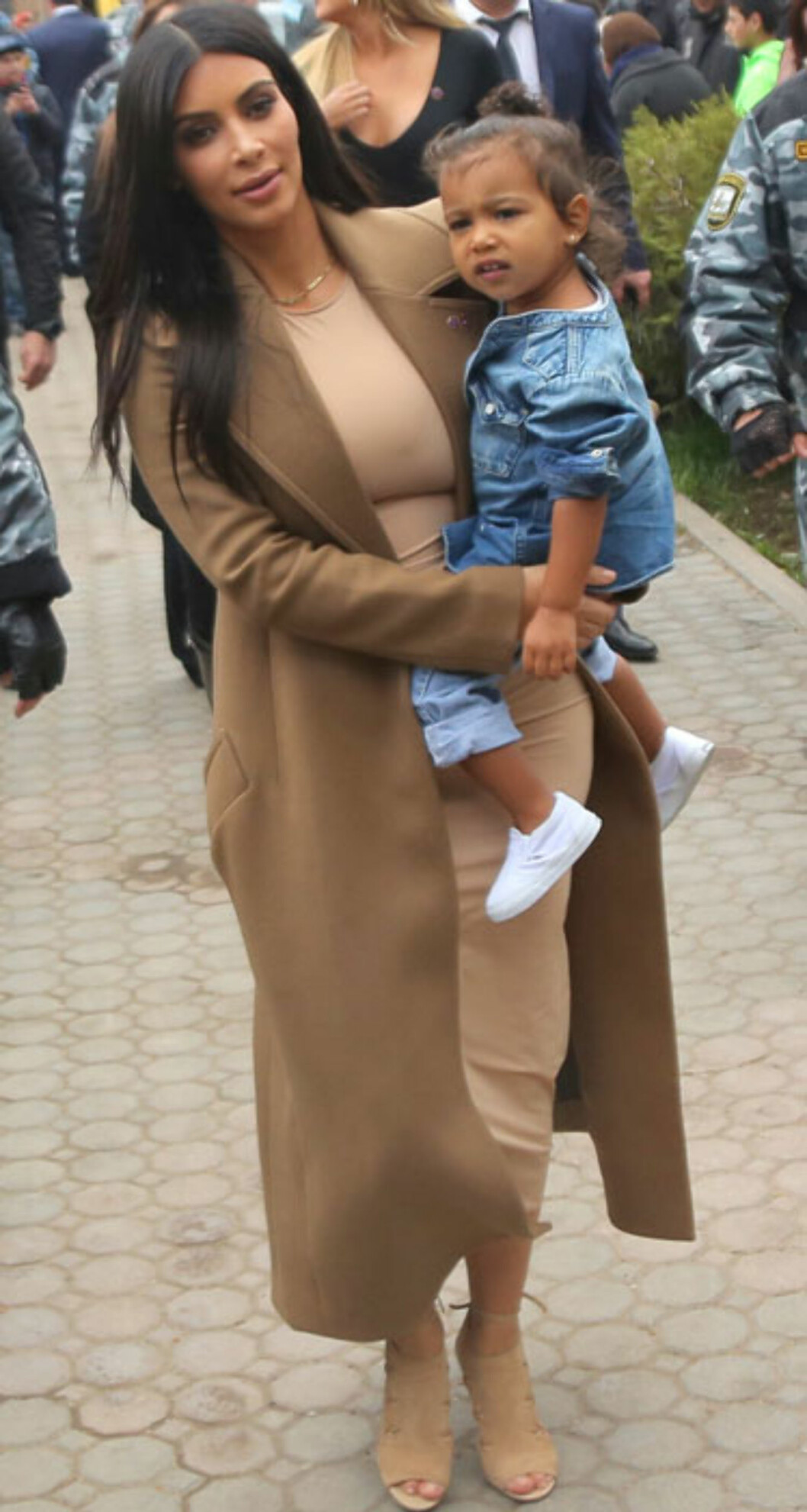 Mens hun kledde datteren i denim, gikk Kim for kamelfarget fra topp til tå da de besøkte en kirke på en familietur til Armenia.  Foto: Scanpix