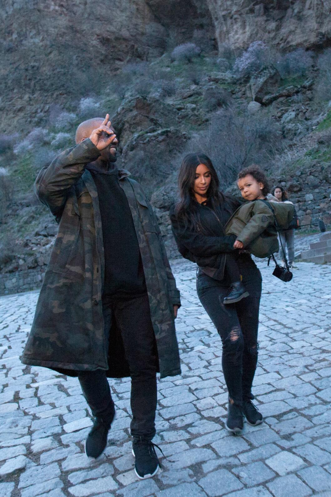 Som oftest ser vi Kim i luksuriøse antrekk og kjoler, men mer og mer etter hun giftet seg med ektemannen Kanye West, ser vi henne i avslappede og røffe antrekk - også da i samme farge.   Foto: Scanpix
