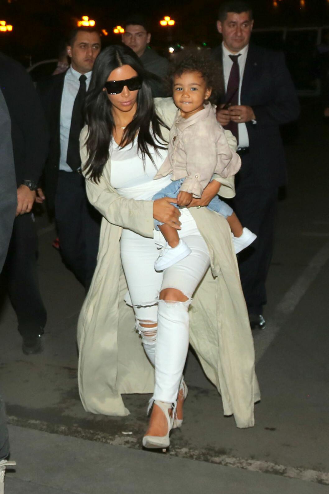 Det eneste som sto i kontrast med resten av antrekket var de svarte solbrillene da Kim var ute og spiste middag med familien sin. Foto: Scanpix