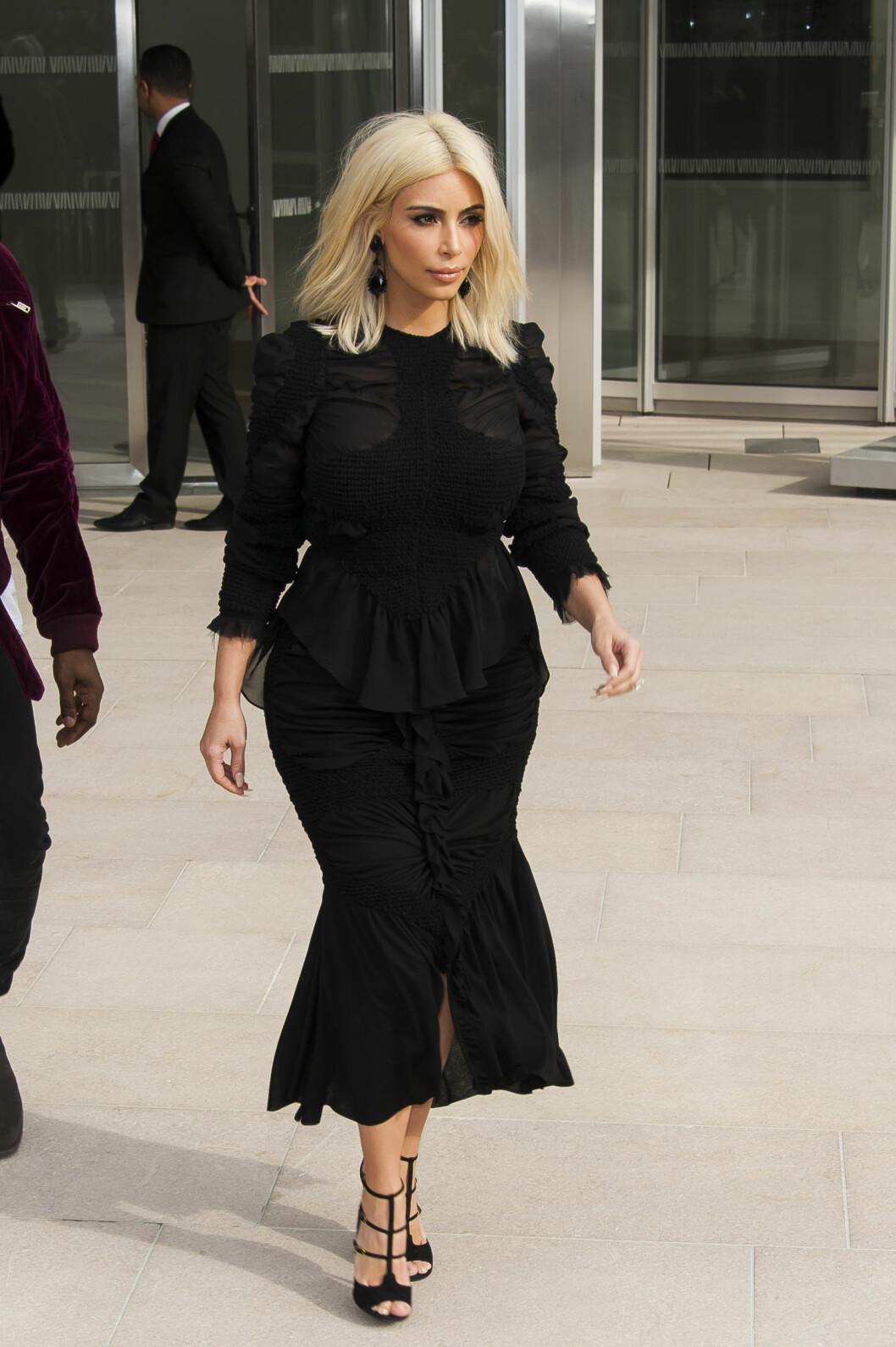 Kim matcher ned til detaljnivå, og til og med øredobbene er i samme farge som resten av antrekket.  Foto: Scanpix
