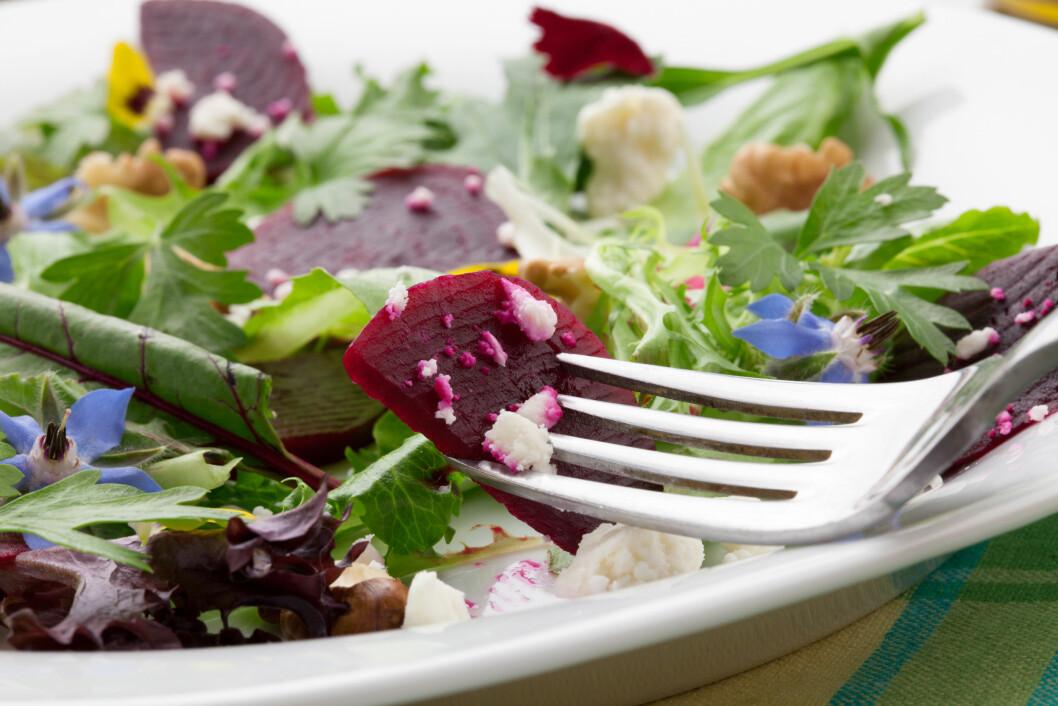 <strong>BLAD OG BETE:</strong> Begge deler er nydelig i salaten, så her er det ingen grunn til å kaste bladene på rødbetebunten. Foto: evgenyb - Fotolia