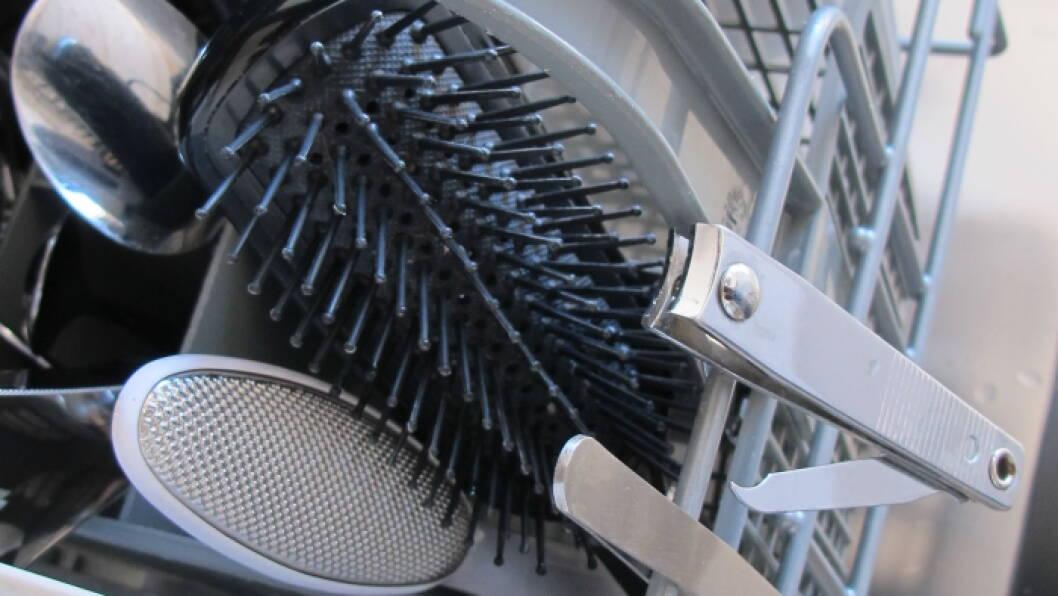 I OPPVASKMASKINEN: Hårbørster, neglfil og pinsett blir rene i oppvaskmaskinen.  Foto: Stine Okkelmo
