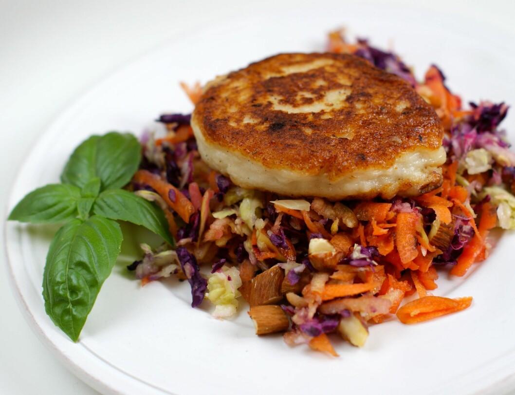 KÅLSALAT: En frisk kålsalat med ristede mandler er en spennende og smaksrik måte å innlemme mer kål i kostholdet på. Server gjerne med fiskekaker. Foto: Berit Nordstrand