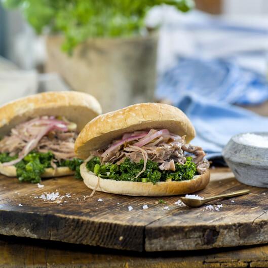 BURGER: Grønnkål gjør seg godt i en saftig burger, som denne av pulled pork. Foto: Marit Røttingsnes Westlie, FruTimian