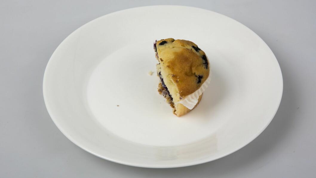"""VERSTINGEN: Muffins er ifølge eksperten """"verstingen"""" blant bakevarer, da den er proppfull av sukker og fett. Én stor blåbærmuffins, kan for eksempel inneholde opp mot 570 kcal, mens en stor sjokolademuffins kan inneholde 640 kcal. Den halve blåbærmuffinsen på bildet er liten (53 g) og inneholder cirka 150 kcal.  Foto: VG"""