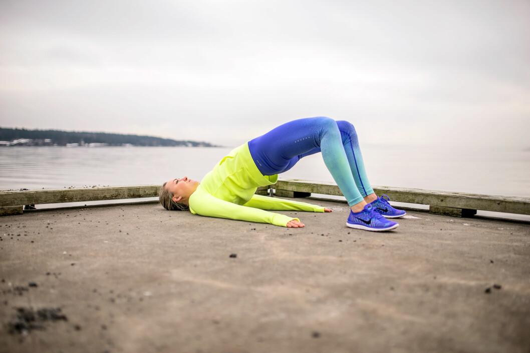 EN LETTERE VARANT: Glute bridge med begge beina i bakken. I topposisjonen er det viktig at du holder spennet i hofta og rumpa. Senk ned igjen Foto: Lars Erik Bakken / All Over Press