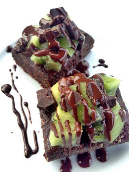 <strong>BROWNIES:</strong> Tenk å kunne lage brownies uten å bruke stekeovnen? Disse herlighetene kommer med et hint av lakris og kiwi. Foto: Iselin Amanda Støylen, Theuncookedvegankitchen.com