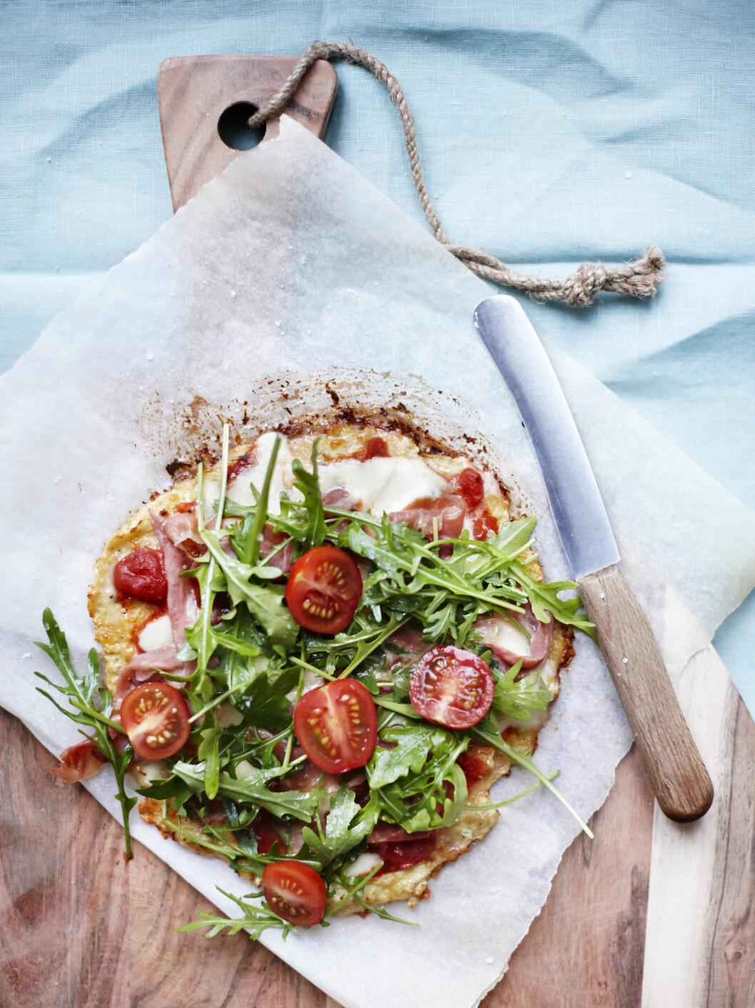 BLOMKÅLBUNN: Pizzabunn laget av blomkål? Ja, det går fint. Selvfølgelig er det ikke HELT det samme som en italiensk hvetemelsbunn, men smaken er virkelig god og pizzaaktig. Foto: All Over Press Denmark