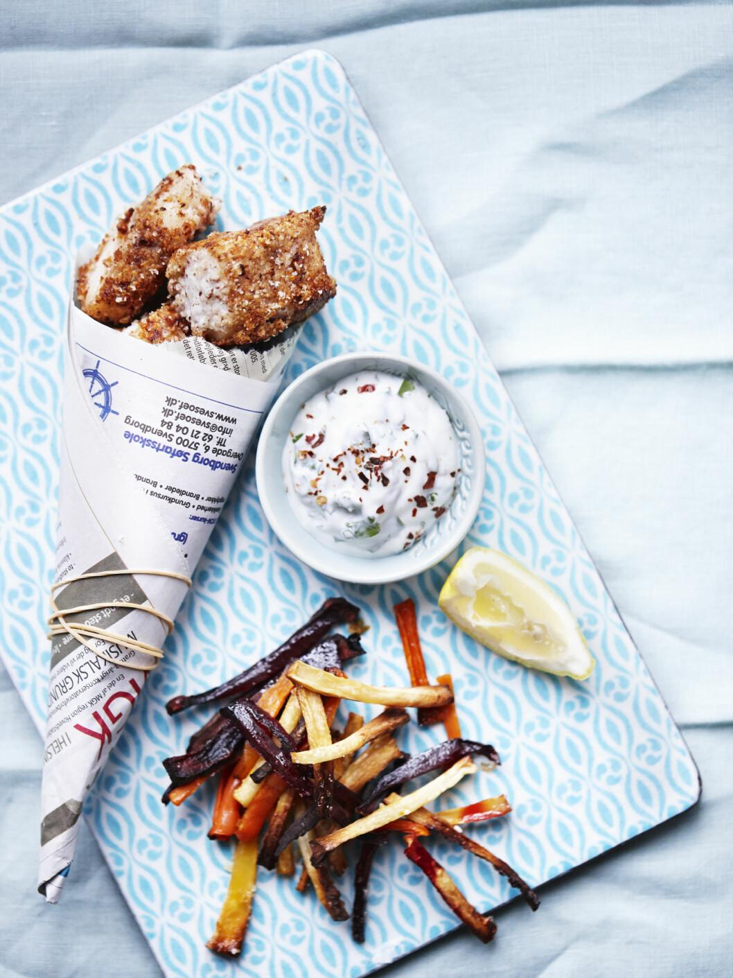 SUNNERE: Fish and chips er klassisk engelsk pubmat og deilig fastfood som ofte er rik på kalorier. Dette er en sunnere variant der de friterte potetene er byttet ut med ovnsstekte rotfruktfrites. Foto: All Over Press Denmark
