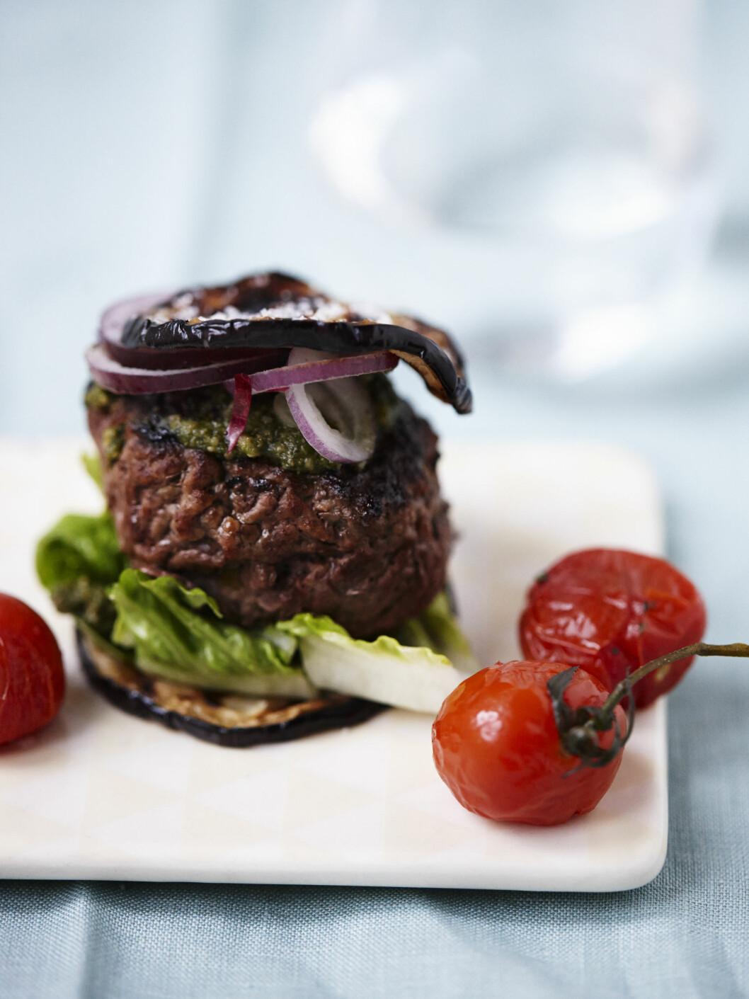 NAM: De fleste liker en god burger, og når man bytter ut det hvite brødet med stekte aubergineskiver, blir retten plutselig nærmest sunn. Foto: All Over Press Denmark