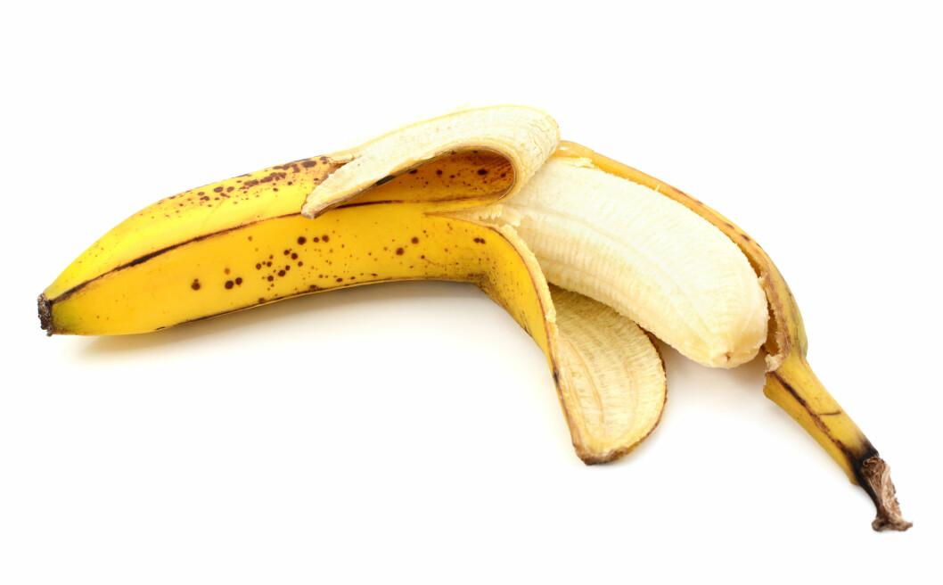 SKALL: Så lenge det bare er skallet som er brunt, er bananen helt fin å spise. Har innmaten også fått brune flekker, kan du bare skjære bort disse og bruke resten av bananen. Foto: sarahdoow - Fotolia