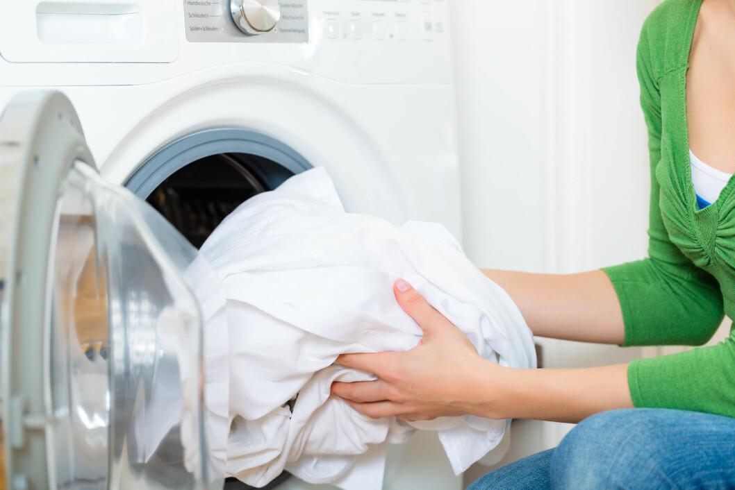 VASKEPULVERET HAR IKKE ALT Å SI: I tillegg til å velge riktig vaskepulver, er det også viktig å blant annet vaske klærne på riktig program og  temperatur.  Foto: Kzenon - Fotolia