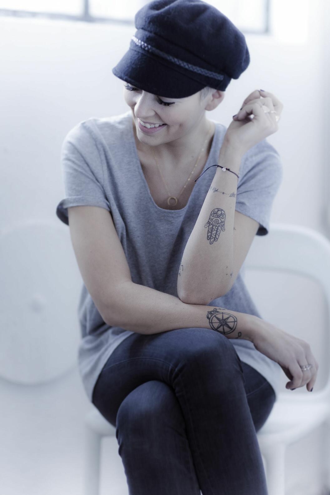 IKKE FØLG MOTEN: Marie Helene Murstad er en trendsetter, men når det kommer til tatoveringer er hun opptatt av å velge tidløse motiver og ikke følge motene. – Tatoveringen er noe som skal følge deg resten av livet, så jeg tenker at det viktigste er å velge et motiv som er tidløst for deg. 17 år gammel tatoverte jeg et navn litt sent på natta i Thailand, det ville jeg ikke anbefale noen …   Foto: Astrid Waller & Privat