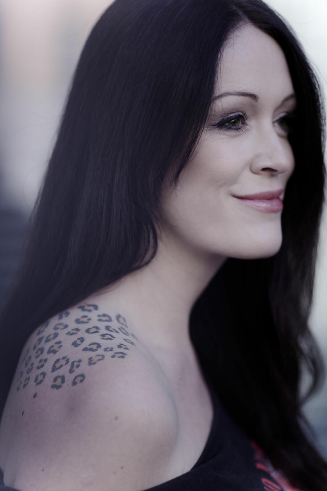 HVERDAGS-ROCK`N ROLL: – Noen synes sikkert den er veldig harry, men jeg mener selv at den er lite støtende. Skulle jeg ha giftet meg nå, ville jeg ha valgt en brudekjole som fremhevet tatoveringen min. Foto: Astrid Waller & Privat