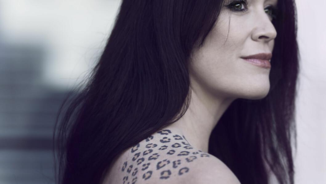 TATOVERINGSTREND: Ingeborg Heldal tør, tør du? Antall tatoveringssjapper har eksplodert i Norge de siste årene, og det er vi damer som nå oftest biter tenna sammen og lar nåla gjøre sitt.  Foto: Astrid Waller & Privat