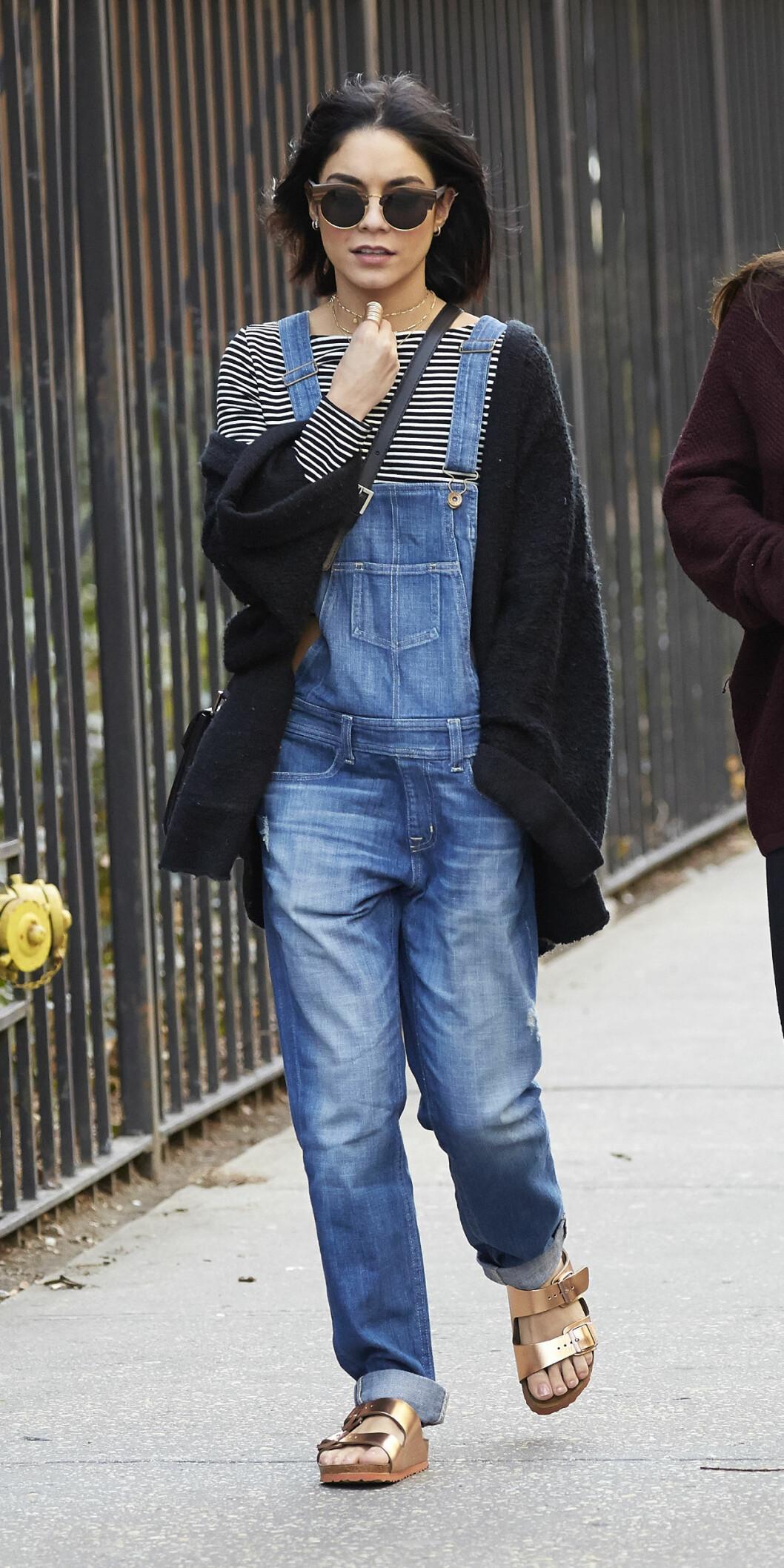 Skuespiller Vanessa Hudgens stylet metalliske sandaler med selebukser i New York.  Foto: Scanpix