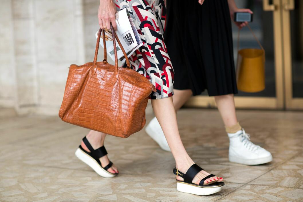 Det er ikke noe feil i å kombinere de komfortable sandalene med sommerkjolen denne sesongen.  Foto: Scanpix