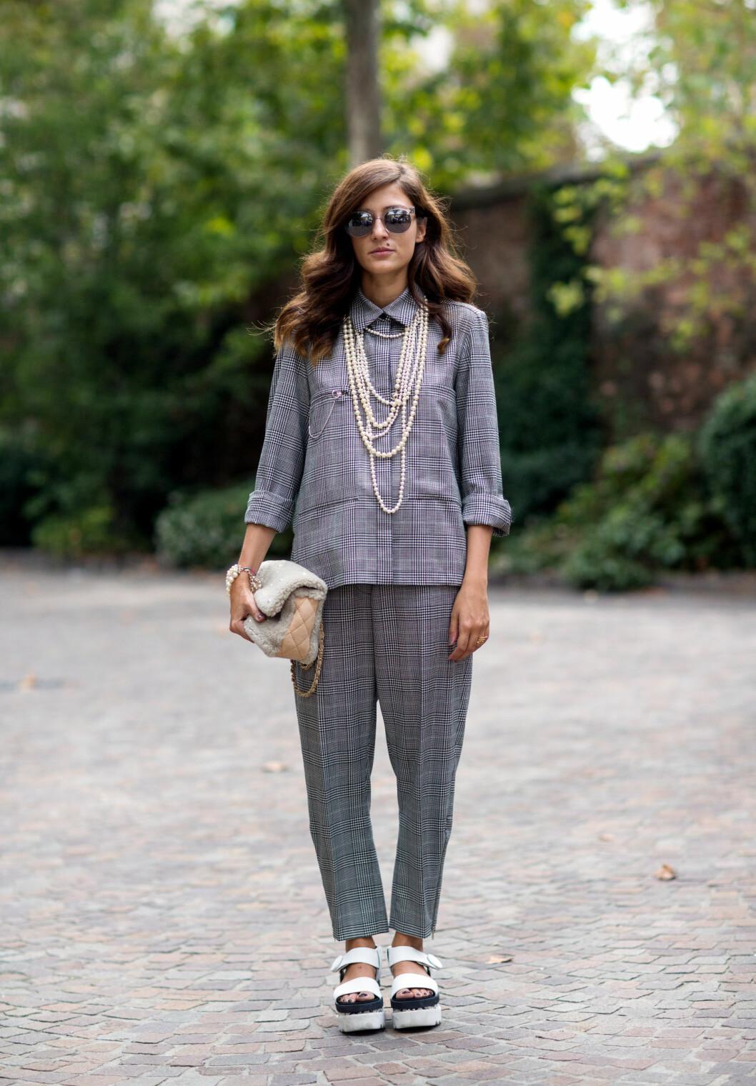 Gå for en uventet stilkombinasjon og style et elegant antrekk med store sandaler.  Foto: Scanpix