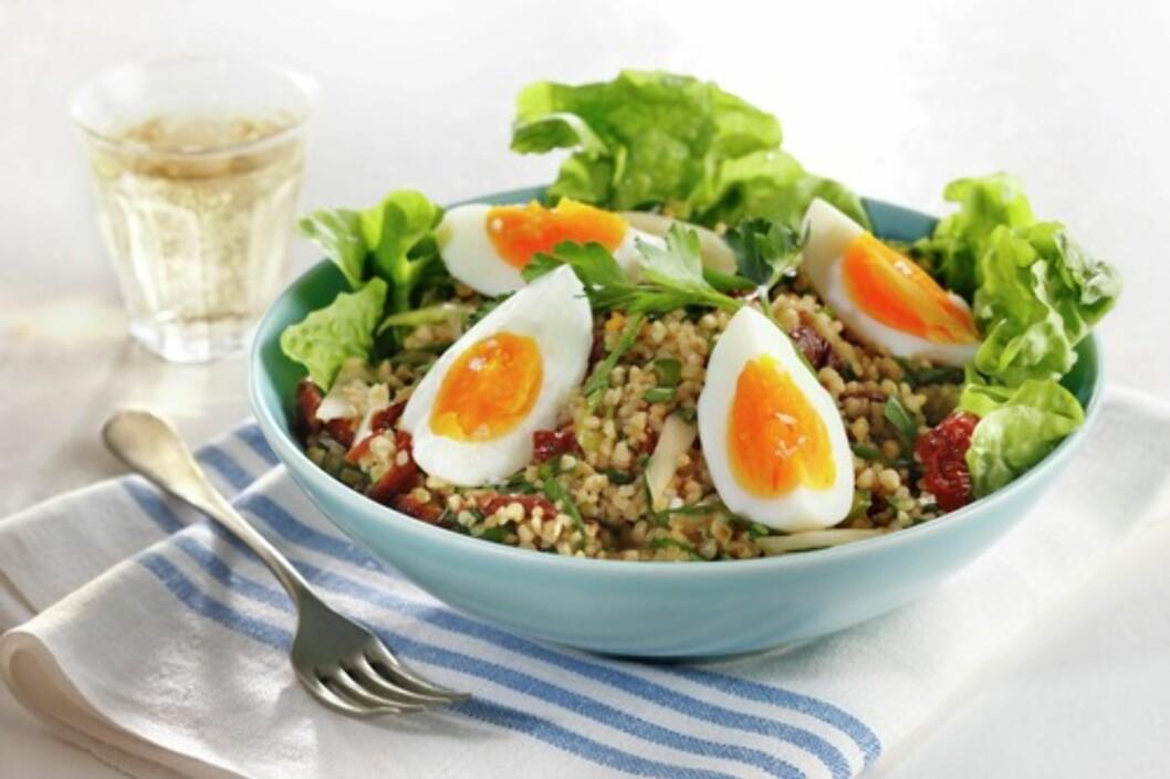 SALAT MED EGG: Bulgur er tørkede og knuste hvetekorn, som er perfekte å ha i salaten. Sammen med egg, tomater, nøtter og oliven, blir dette en næringsrik og mettende middag.  Foto: Matprat.no/Mari Svenningsen