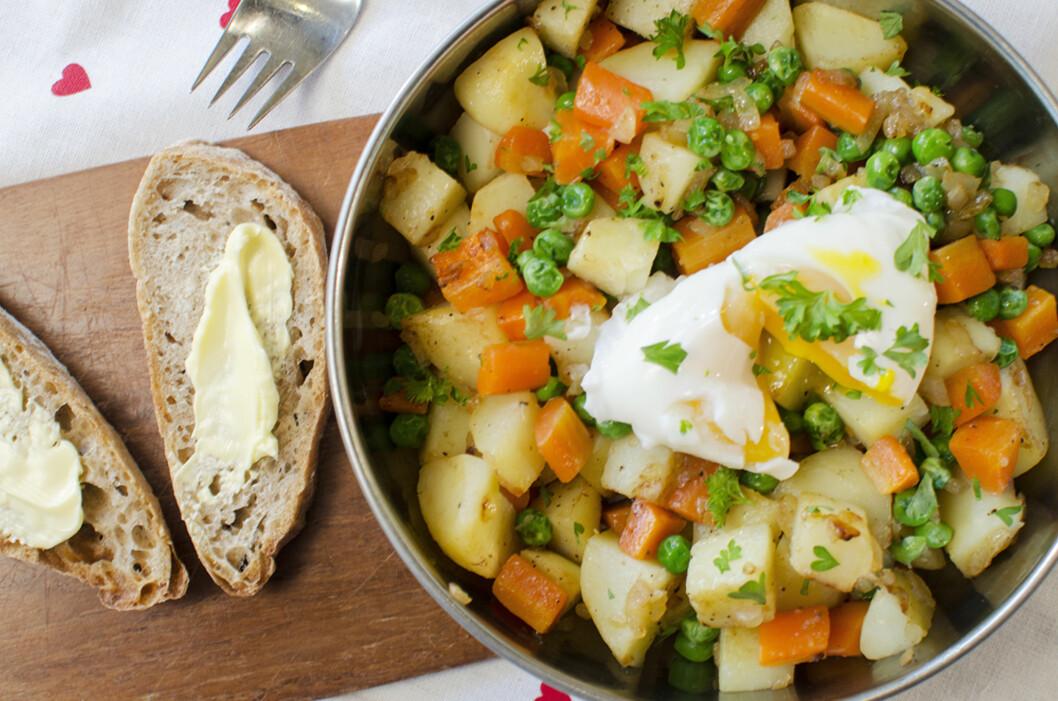 RESTEFEST: Pytt-i-panne er en kjempegod måte å bruke opp rester etter middagen fra dagen før. Med et posjert egg på toppen får du mer proteiner og enda mer smak på tallerkenen. Foto: Fru Timian