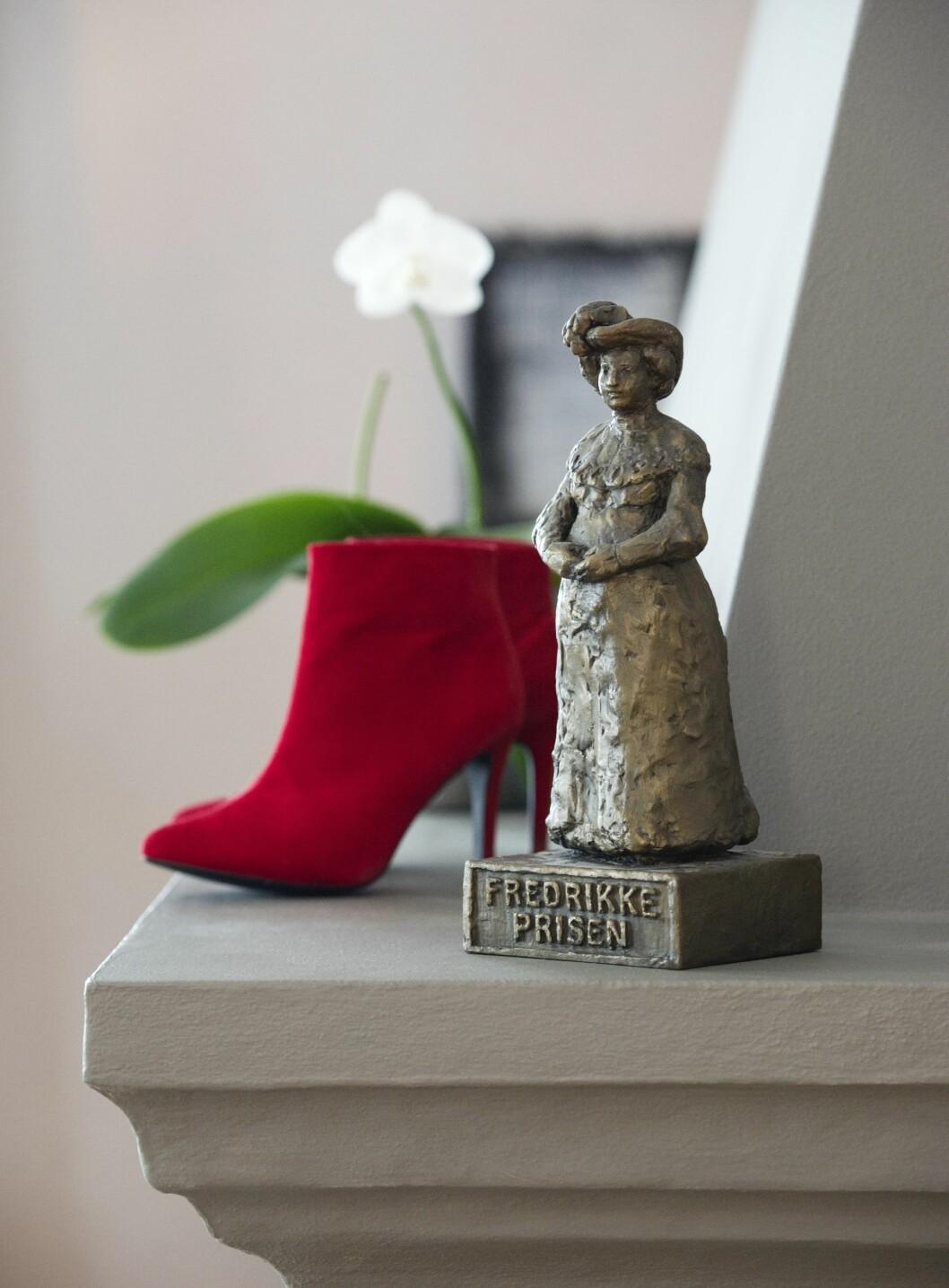 FIKK PRIS: I 2012 fikk Anne Grethe Fredrikkeprisen fra Norske Kvinners Sanitetsforening. Den står på peishylla sammen med et par røde skoletter.