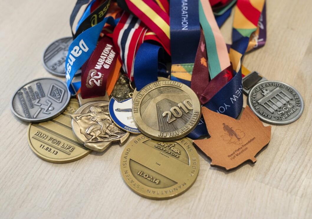 MEDALJER: Anne Grethe har løpt maraton seks ganger. Første gang som 53-åring. – Jeg er drevet av en indre motivasjon, men innrømmer at det er stas med medaljer, sier hun.