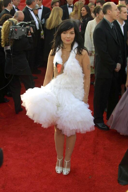 SVANE-KATASTROFE: Ingen glemmer da Björk kom i denne merkelige kjolen under Oscar-utdelingen i 2001... Foto: STEWART COOK/REX/All Over Press