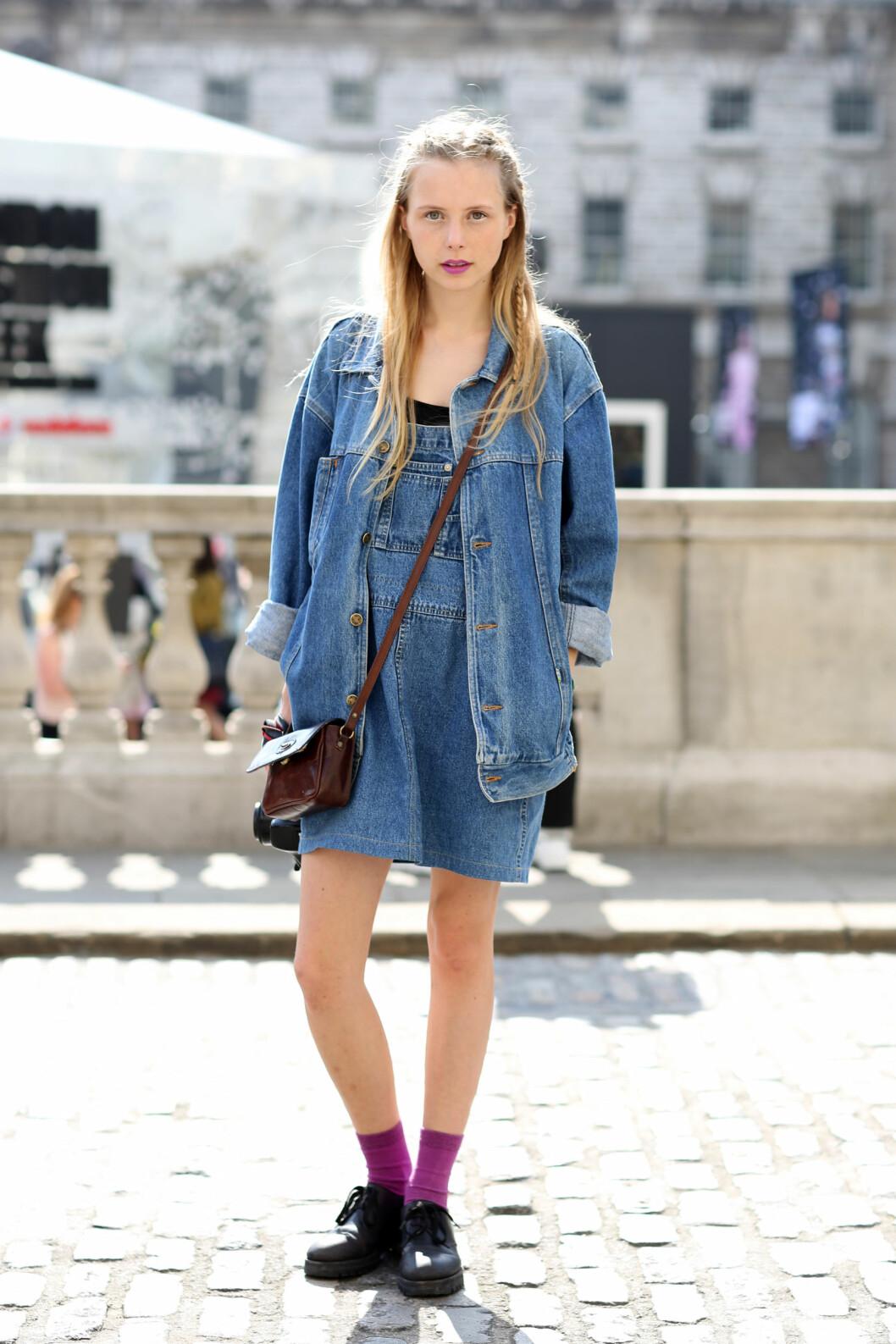 Få dobbeldenim-looken ved bruke en denimjakke over sesongens it-kjole.  Foto: All Over