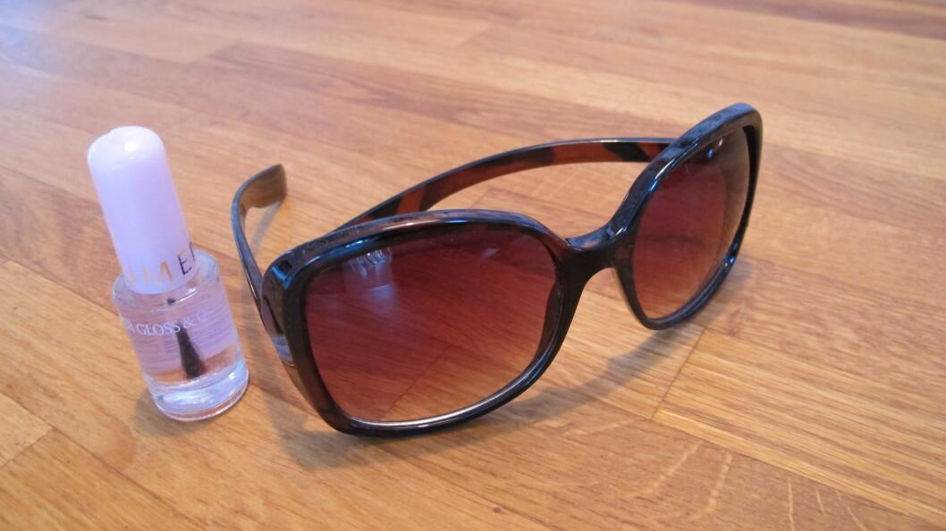 <strong>LAKKERINGSTRIKS:</strong> Blank neglelakk redder solbrillene dine. Foto: Stine Okkelmo