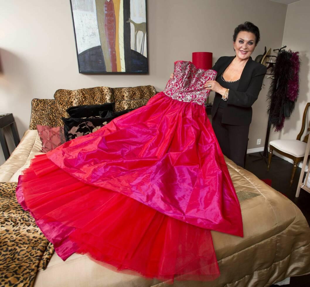 KLESINTERESSERT: Bendriss er skredderdatter, og veldig interessert i klær. Her er hun med en kjole fra sin egen garderobe. Foto: Se og Hør/Morten Eik