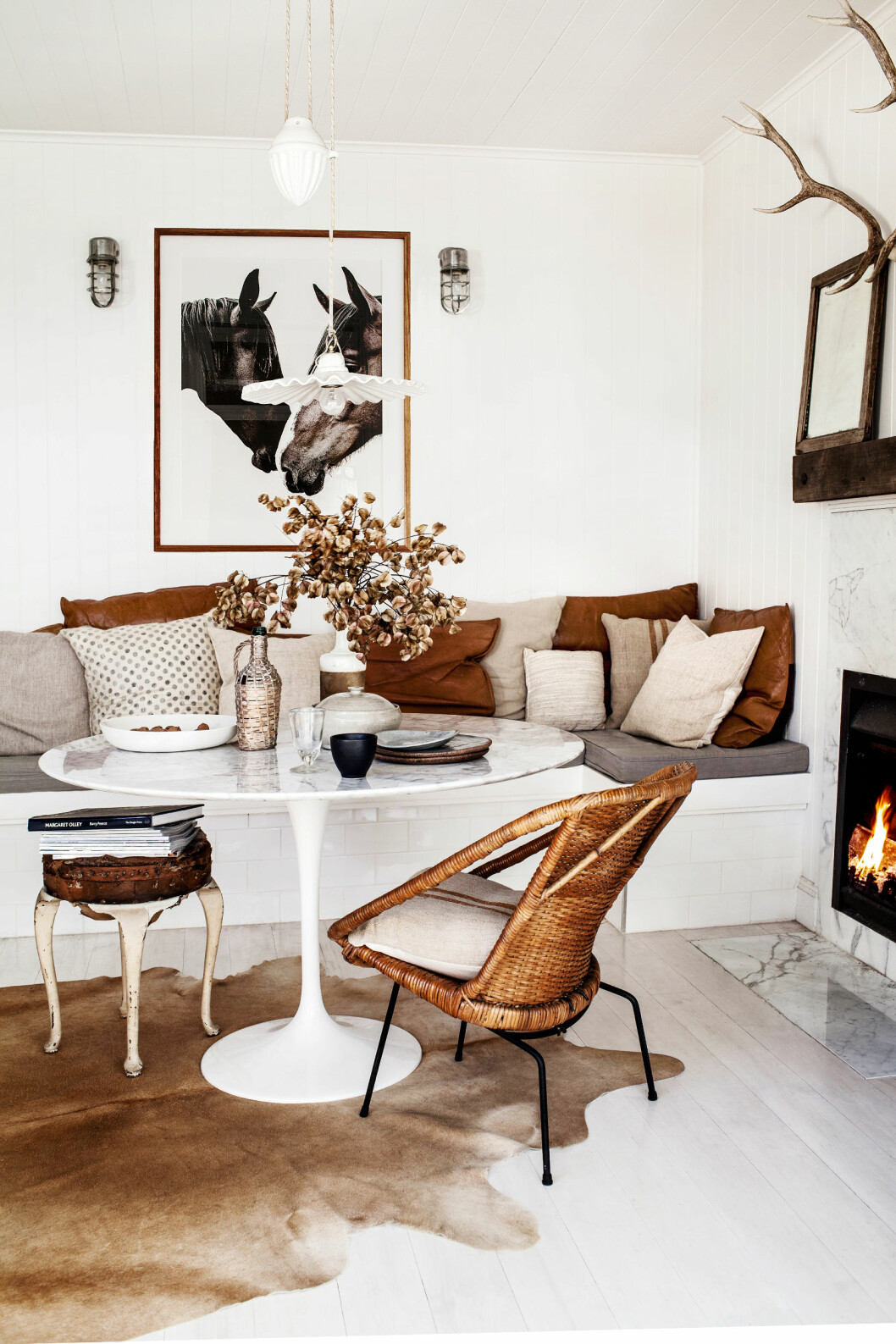 ENKEL FARGEPALETT: I spisestuen finnes en plassbygget sofabenk fylt med gamle lin- og skinnputer. En samling lp-plater, vintagestol og krakk, er i samme fargetoner som Karas eget fantastiske hestebilde. Jeg elsker Foto: Kara Rosenlund