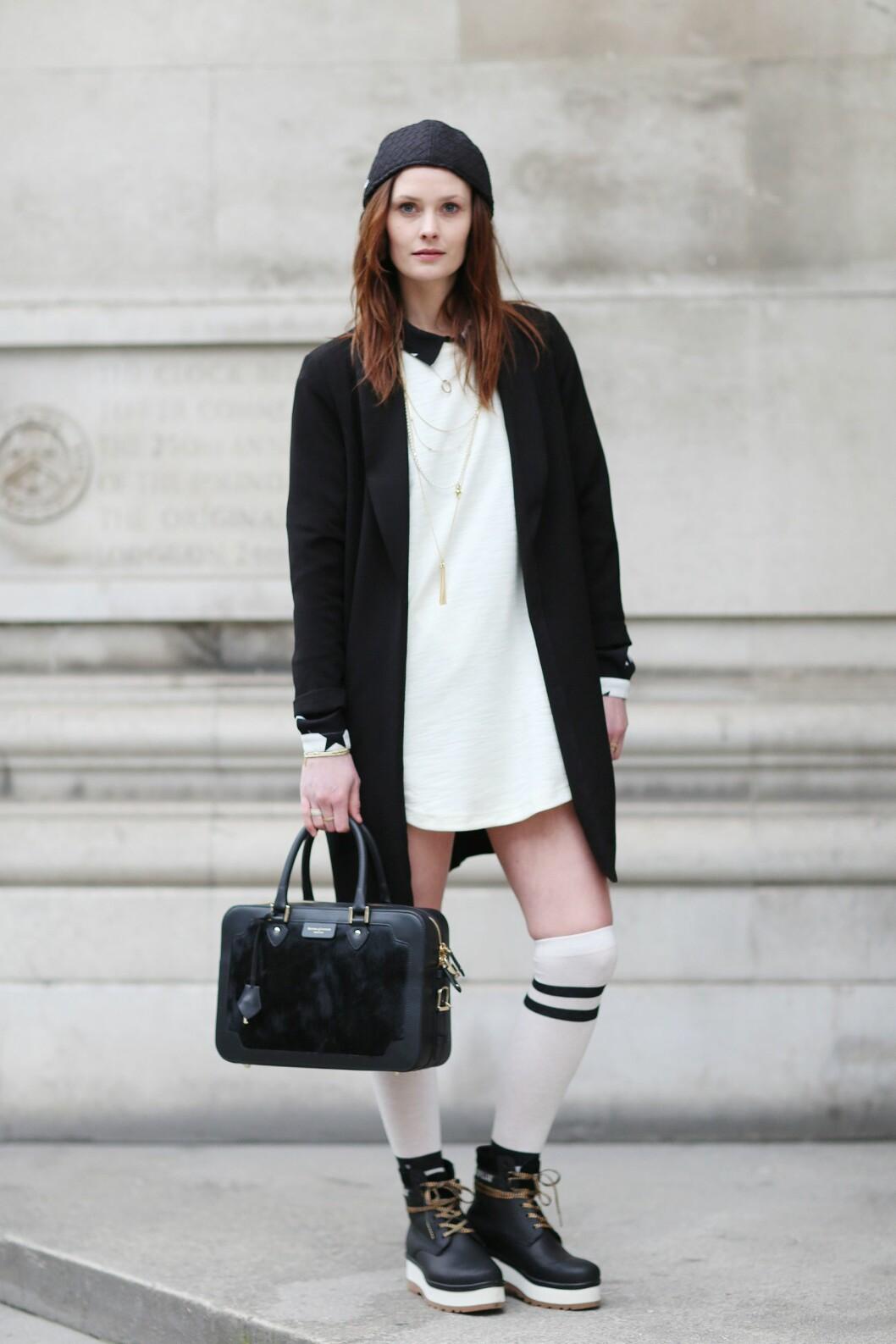 Skuespiller og moteikon Charlotte de Carle går for en sporty look og bruker knehøye sokker i kraftige sko.  Foto: All Over