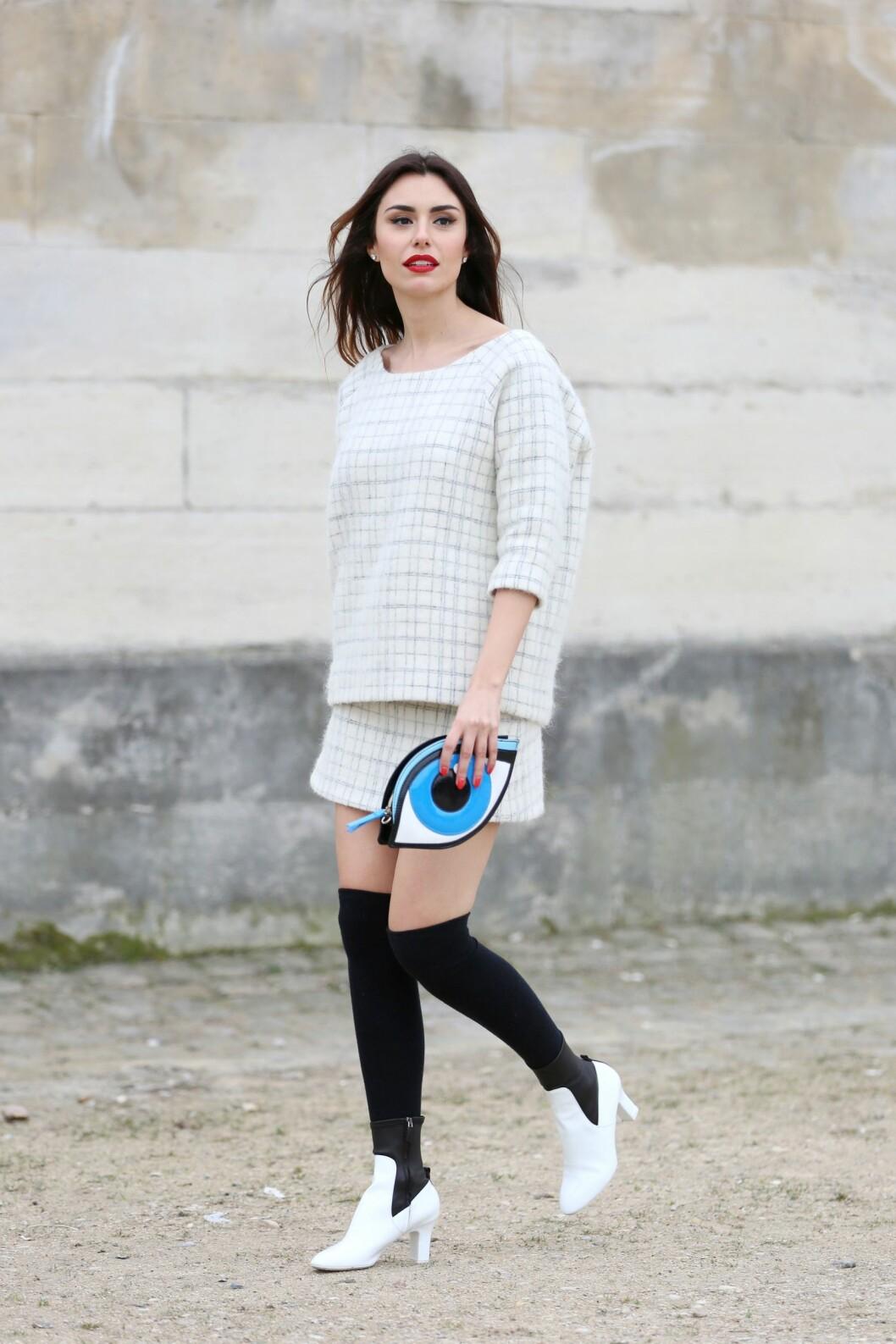 Moteblogger Lise Grendene gikk for et antrekk i svart og hvitt, og stylet de hvite skolettene med knehøye, svarte sokker under moteuken i Paris.  Foto: All Over