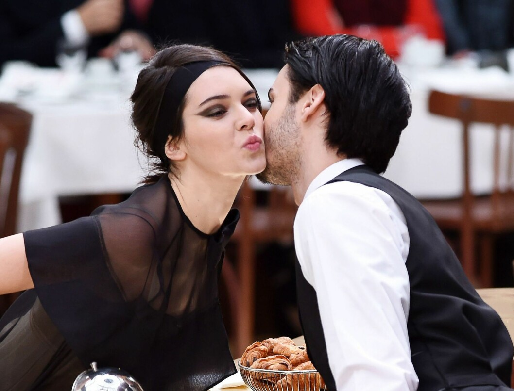 HILSER PÅ CATWALKEN: Modellene Kendall Jenner og Baptise Giabiconi gir hverandre et kyss på kinnet under kafé-visningen til Chanel.  Foto: David Fisher/REX/All Over Press