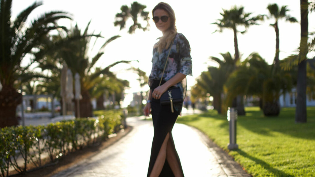 DAGENS BLOGGSTIL: Stylist og STYLEmag-blogger Line Langmo kombinerer sneakers med skjørt og høy splitt i sitt lekre ferieantrekk. Foto: Linelangmo.no