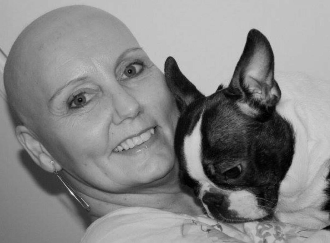 POSTET SKALLET-BILDE: Laila Sellesbakk fikk påvist brystkreft i 2009 og har vært gjennom flere runder med cellegiftbehandling. Etter at dette bildet ble tatt, har håret så smått begynt å komme tilbake. Foto: Privat