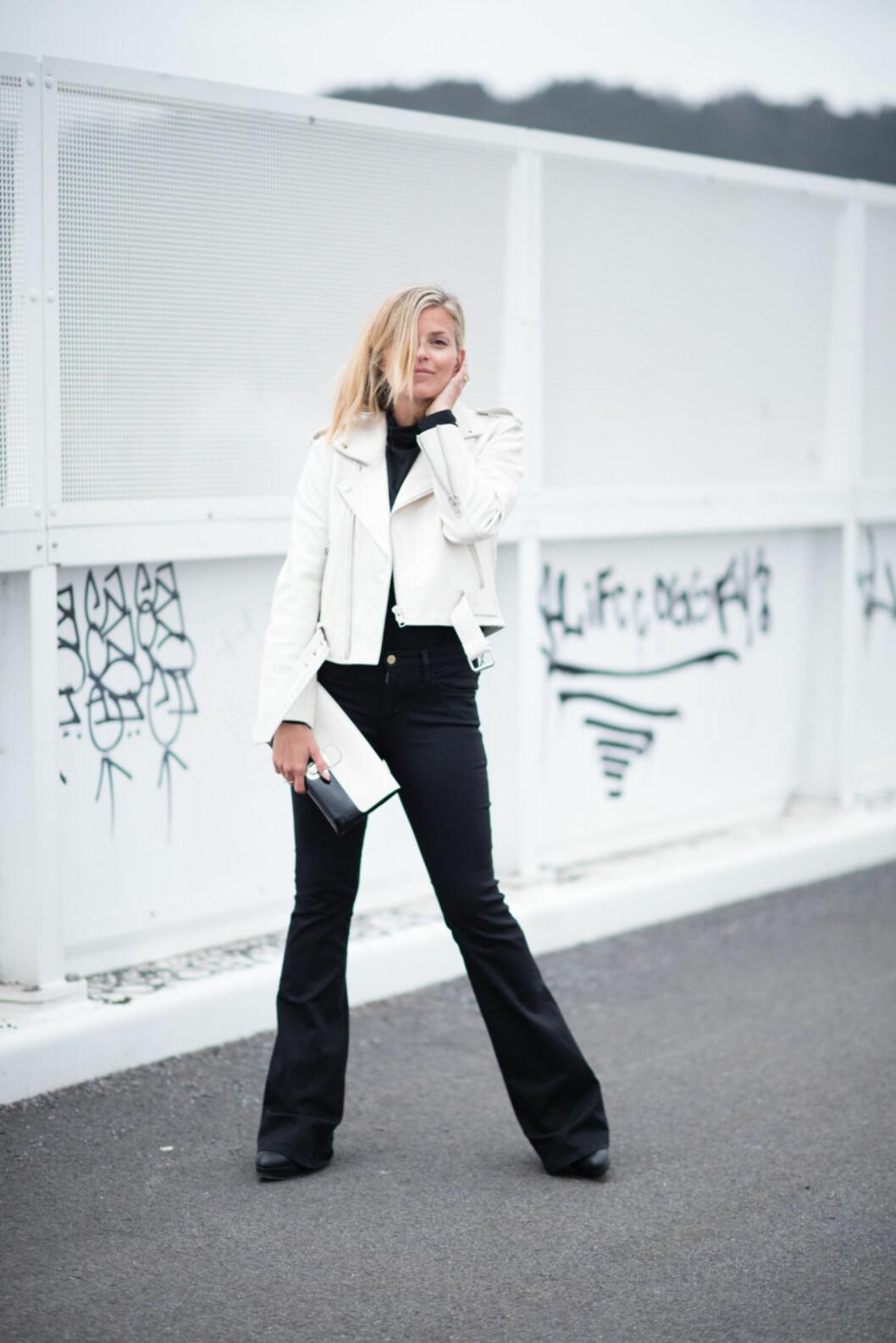 SVART & HVITT: Janka styler svart og hvitt på en vårfresh måte med slengbukser og lys, bikerinspirert jakke.  Foto: Polliani.com