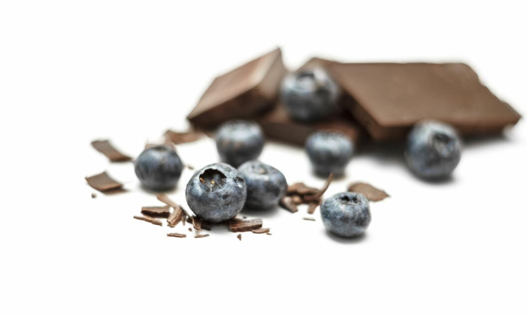 GODT OG FIBERRIKT: Både blåbær og mørk sjokolade er fine kilder til fiber. Foto: kulikovan - Fotolia
