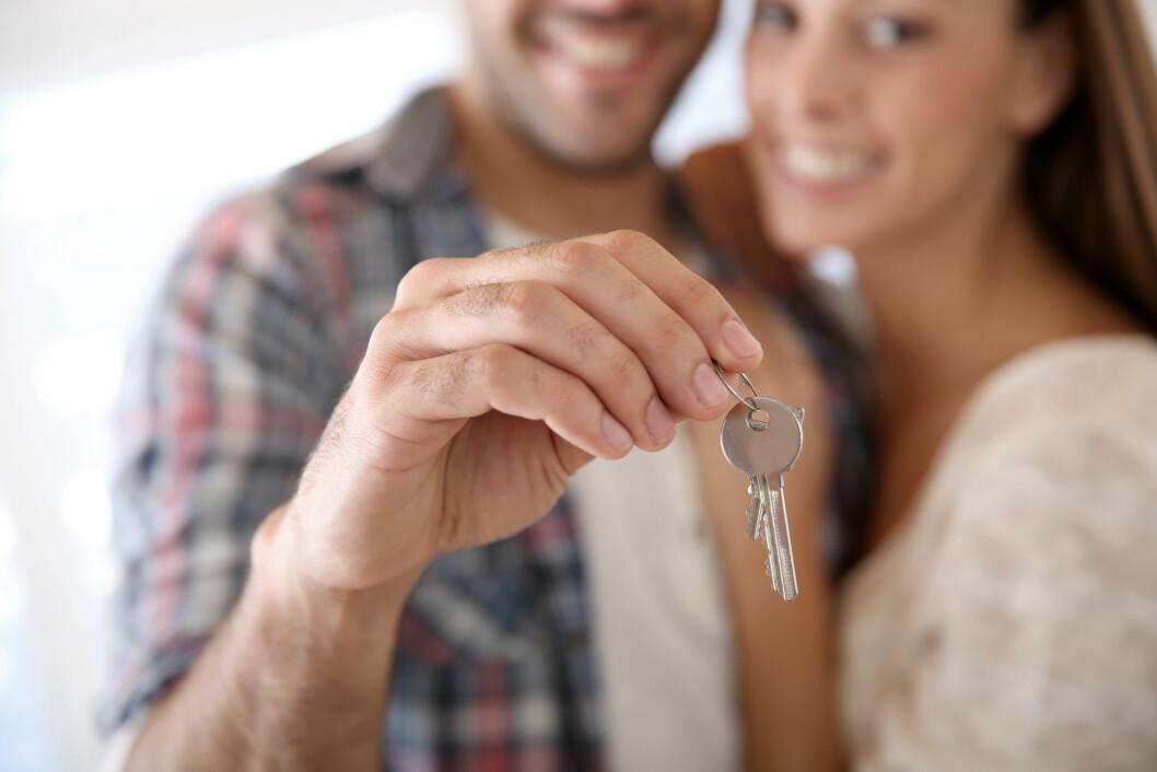 SIGNER KONTRAKT MED ÉN GANG DERE FLYTTER SAMMEN: Lykkelige huseiere! Signer samboerkontrakt med det samme, så er det gjort.  Foto: Fotolia